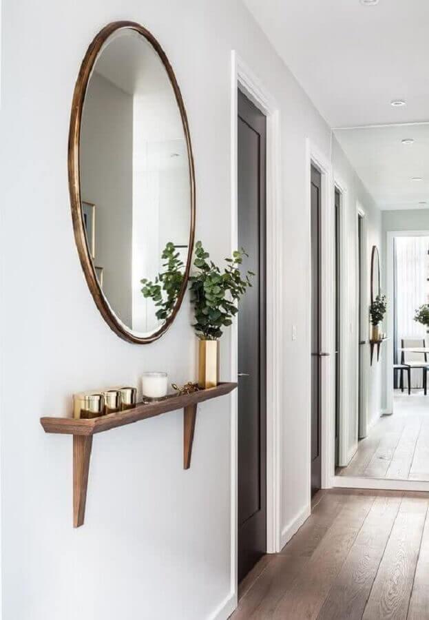 corredor decorado com espelho redondo e prateleira de madeira Foto Haus Best
