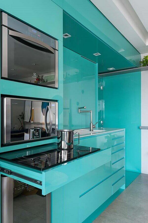 cozinha com móveis planejados na cor azul tiffany Foto ArchDaily