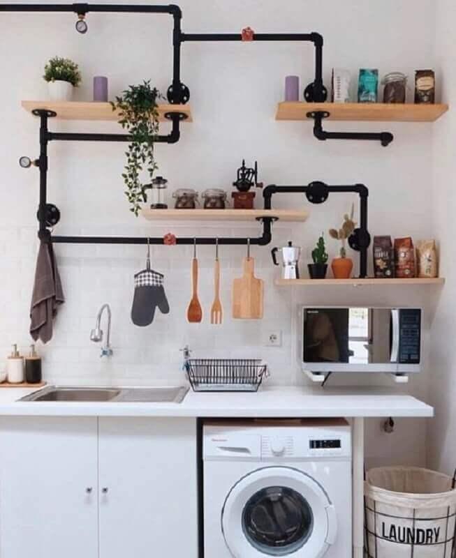 cozinha decorada com suporte para prateleira de madeira feita com cano de pvc Foto Pinosy
