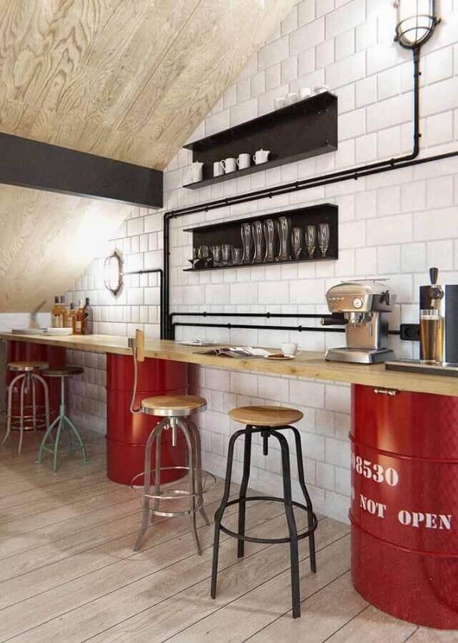 cozinha decorada com tonel decorativo vermelho Foto JL Artesanato
