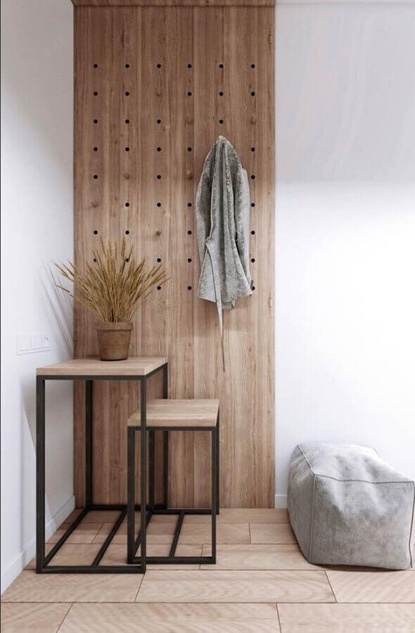 decoração clean com cabideiro de madeira na parede Foto Pinosy