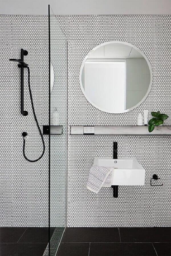 decoração clean com espelho redondo para banheiro preto e branco Foto Báo Mới