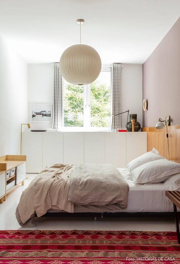 decoração clean com lustre para quarto de casal simples Foto Histórias de Casa