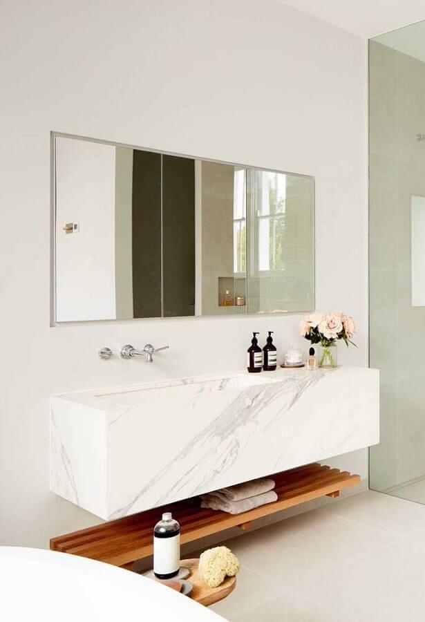 decoração clean com prateleira de madeira para banheiro Foto Pinosy