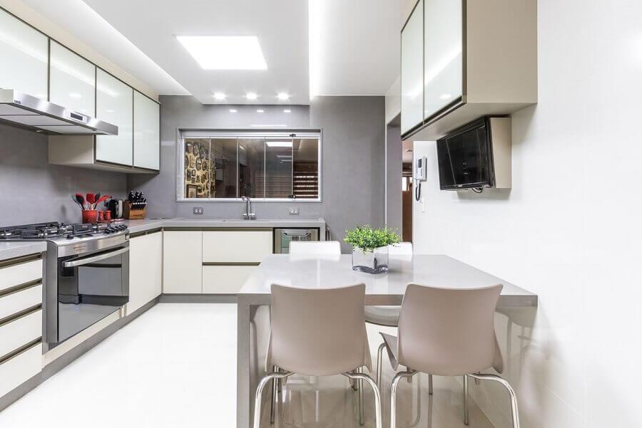 decoração clean para cozinha branca e cinza com móveis planejados Foto Mauren Buest