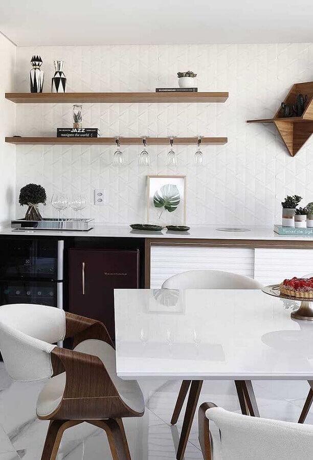 decoração clean para cozinha com prateleira de madeira Foto Mauricio Gebara Arquitetura
