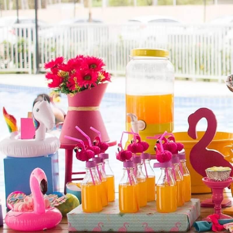 decoração colorida para festa na piscina infantil Foto Dom Atelier e Festas
