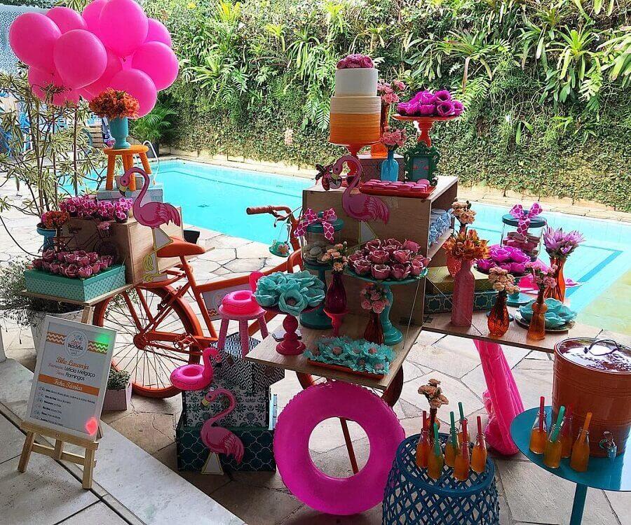 decoração colorida para mesa de bolo festa na piscina Foto Letícia Melgaço