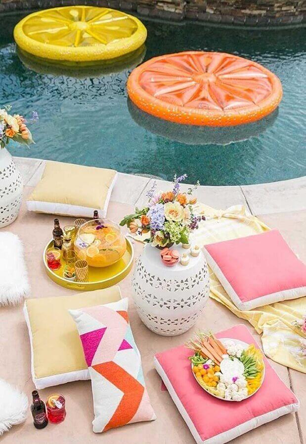 decoração com almofadas para festa na piscina Foto Sugar and Charm