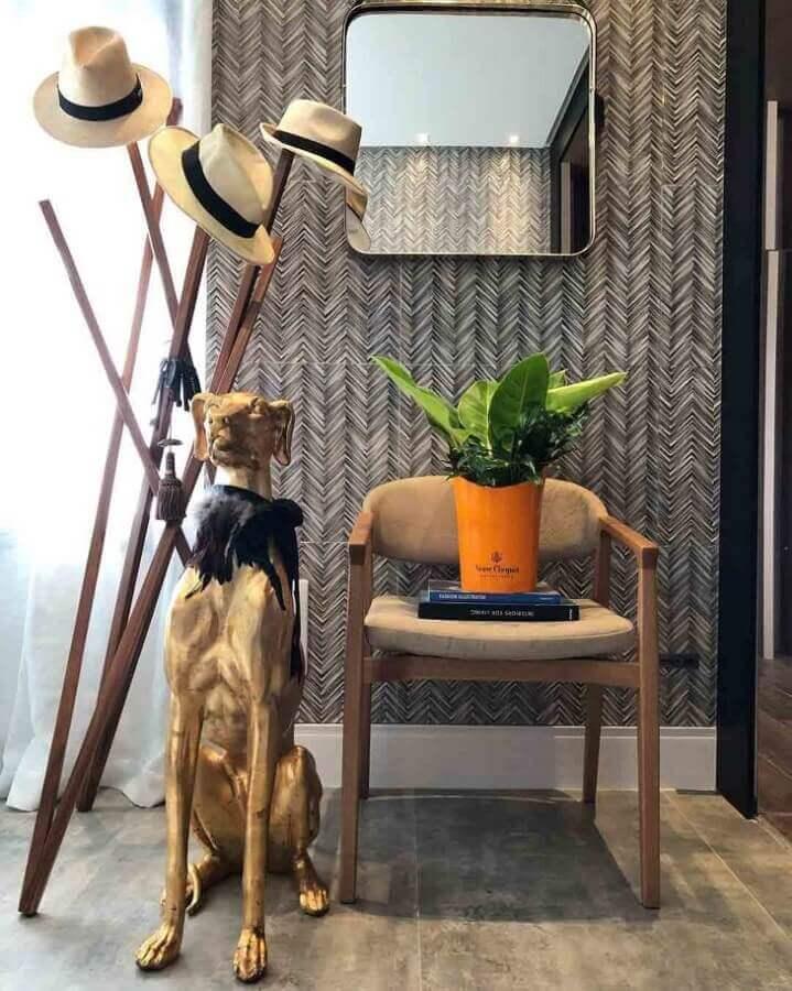 decoração com cabideiro de madeira com design arrojado Foto Andreia Rocha Lima