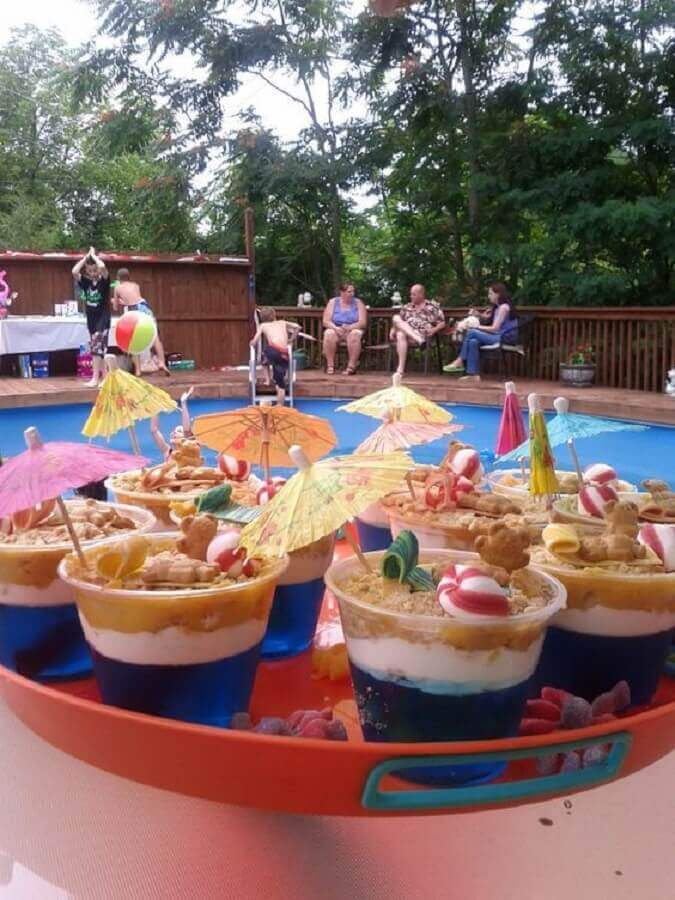 decoração com comidas personalizadas para festa na piscina Foto Hasshe