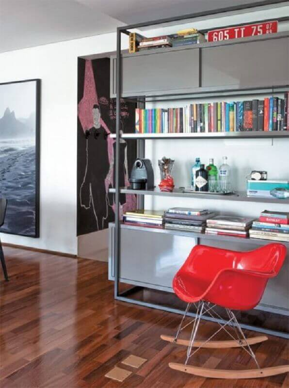 decoração com estante para livros cinza e cadeira vermelha Foto Dolce Casa Studio
