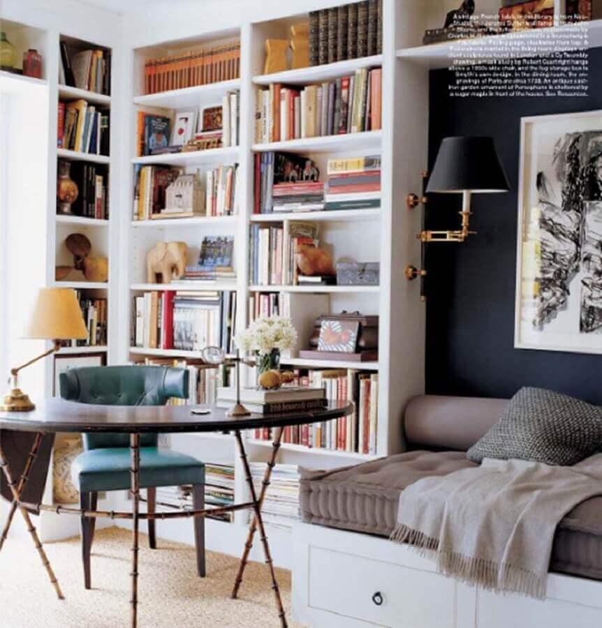 decoração com estante para livros planejada Foto Katie Waddell