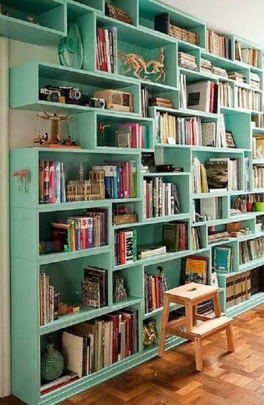 decoração com estante para livros verde água Foto Barry Cloyd