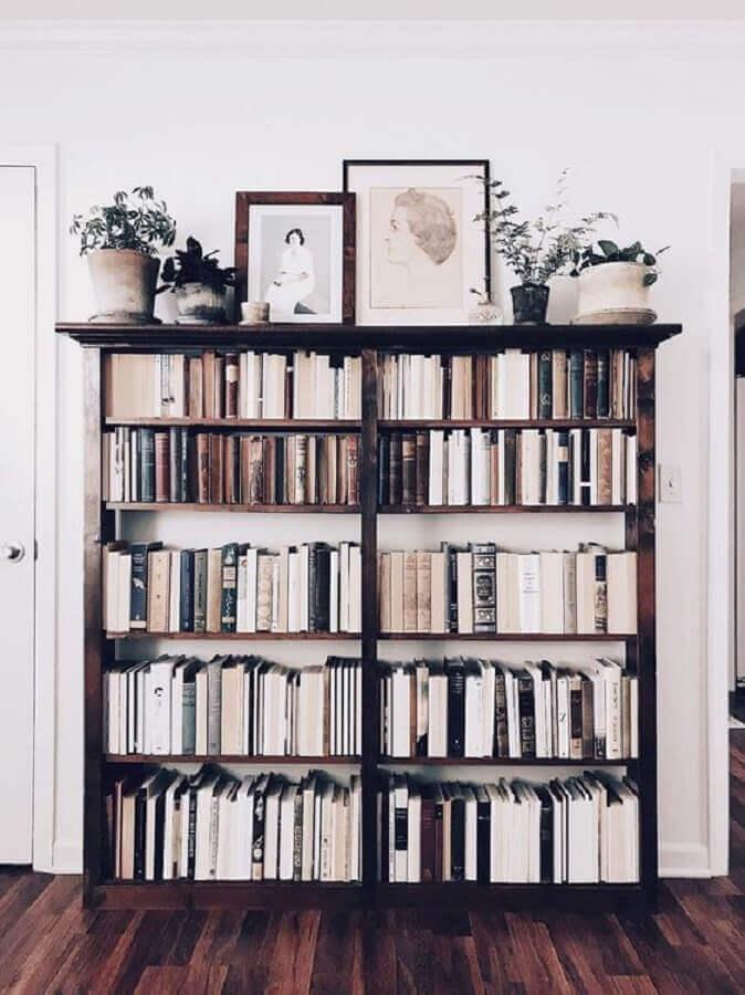 decoração com estante pequena para livros de madeira Foto We Heart It