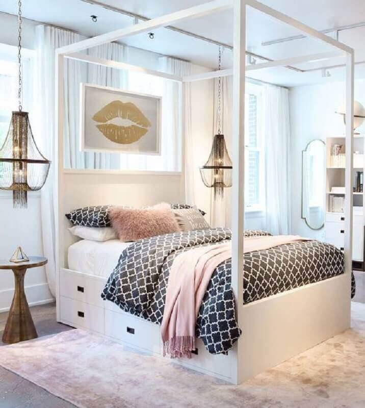 decoração com modelo clássico de lustre para quarto de casal Foto COODECOR