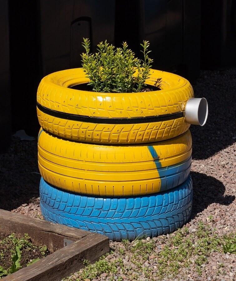 decoração com pneus coloridos para jardim