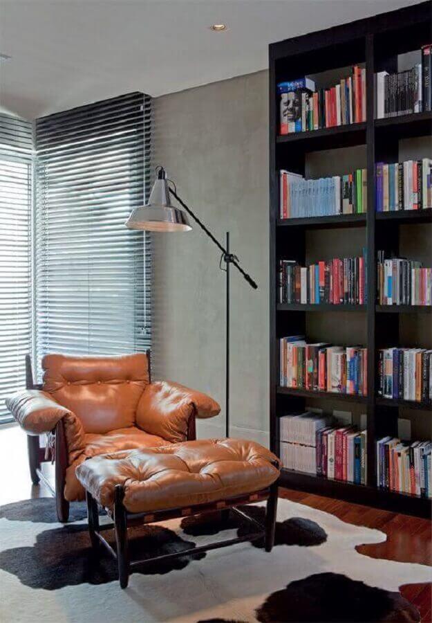 decoração com poltrona de couro e estante para livros Foto Decoreba Design