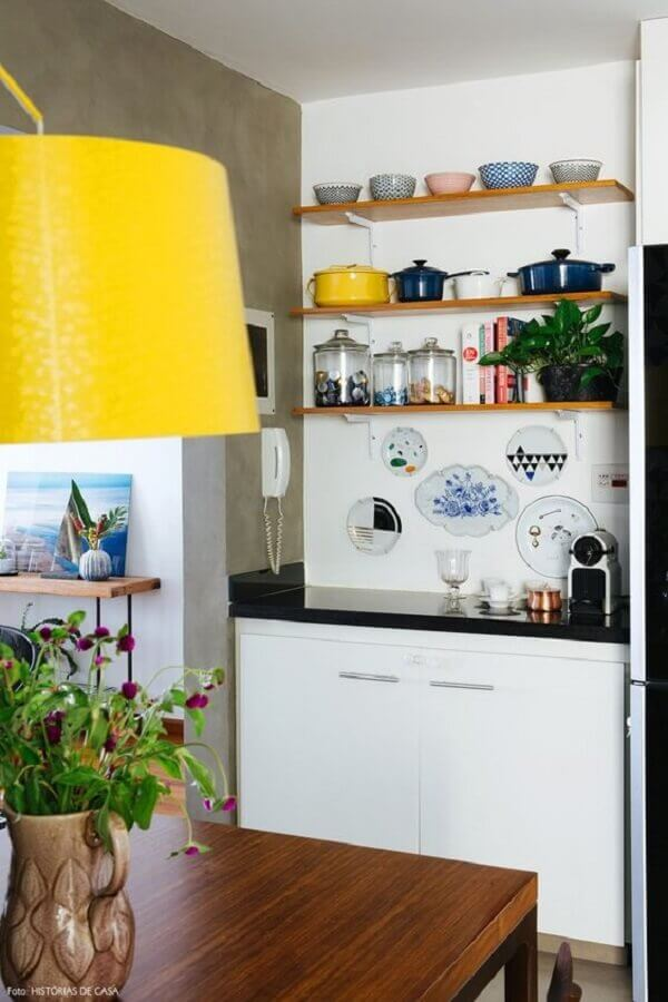 decoração com prateleira de madeira Foto Histórias de Casa