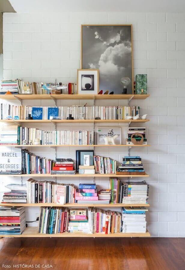 decoração com prateleira de madeira para livros Foto Histórias de Casa
