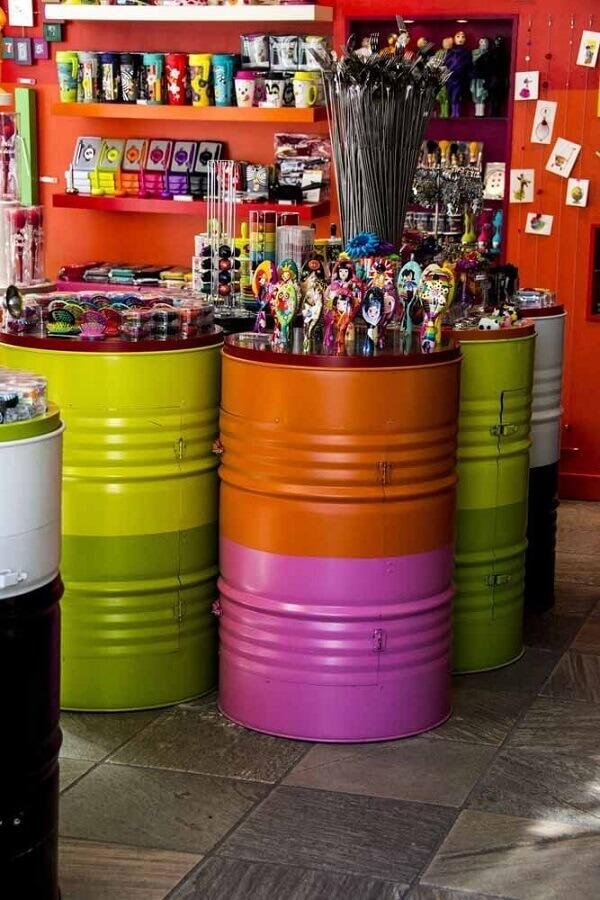 decoração com tonéis decorativos coloridos Foto Meta Networks