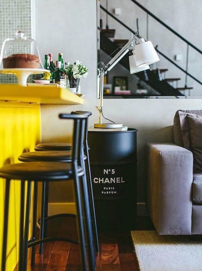 decoração com tonel preto para sala de estar com cozinha integrada Foto Donkey and the Carrot
