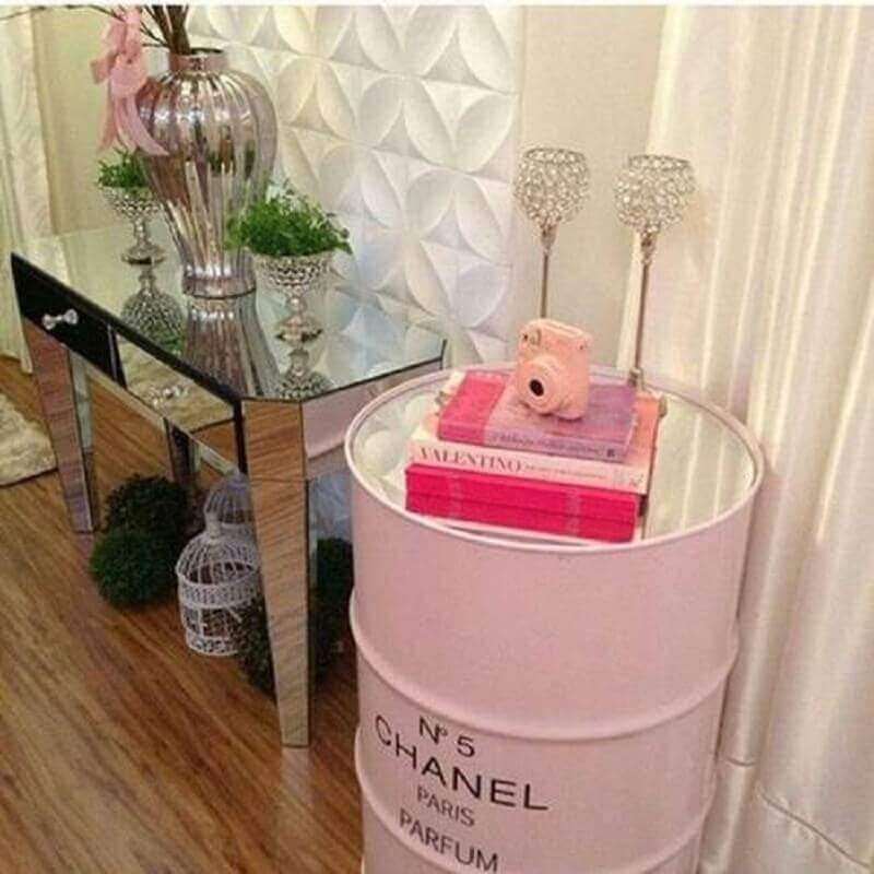 decoração com tonel rosa e aparador espelhado Foto Decoração de Casa