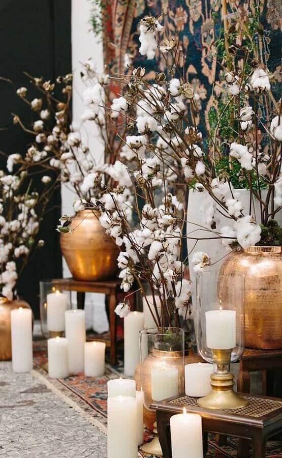 decoração com velas para bodas de algodão com detalhes em dourado Foto WeddingOmania