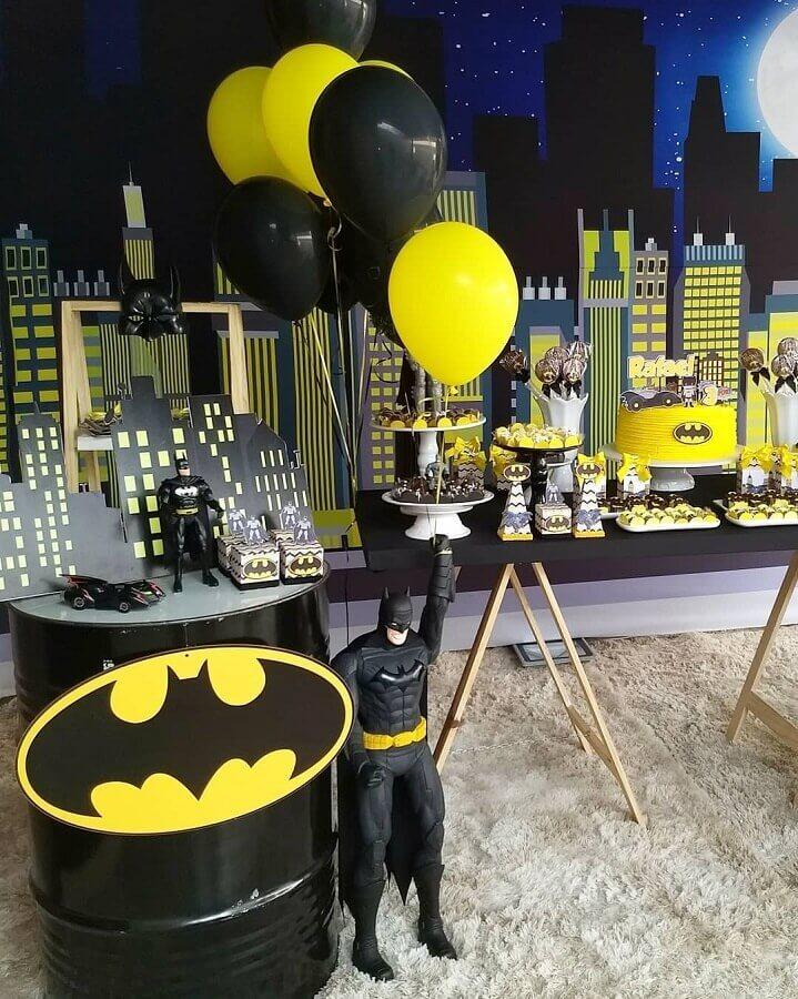 decoração de festa do batman com boneco grande Foto Larth Festas e Eventos