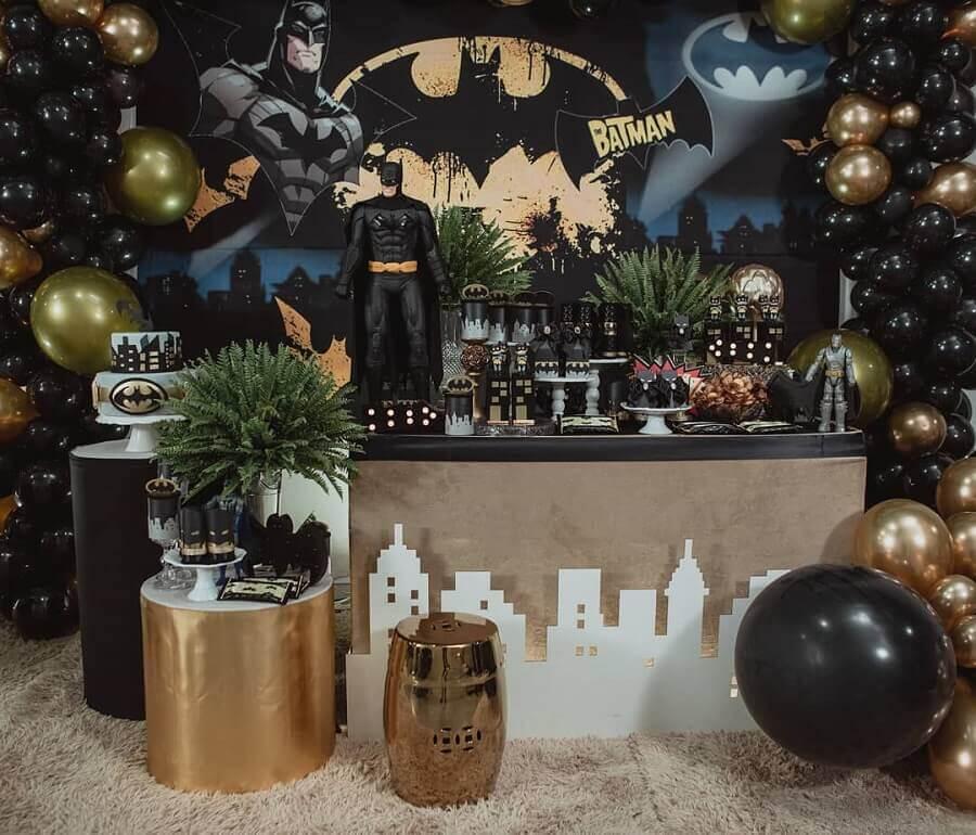 decoração de festa do batman com detalhes em dourado Foto Encantarte Decorações