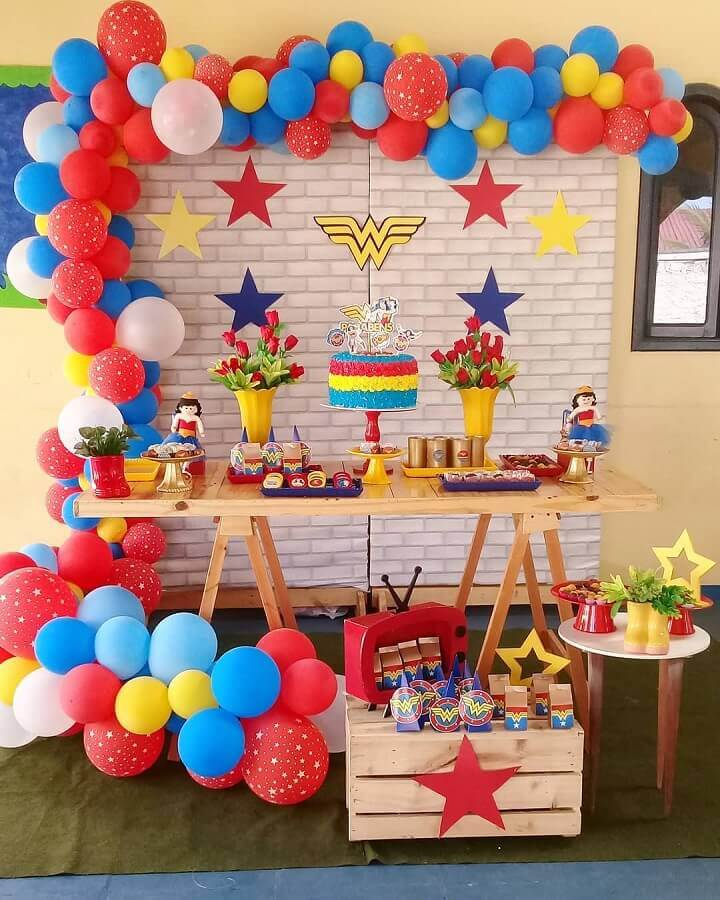 simple children's party decoration with colorful balloons and easel table Foto Aragão Events