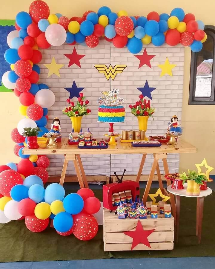 decoração de festa infantil simples com balões coloridos e mesa cavalete Foto Aragão Eventos
