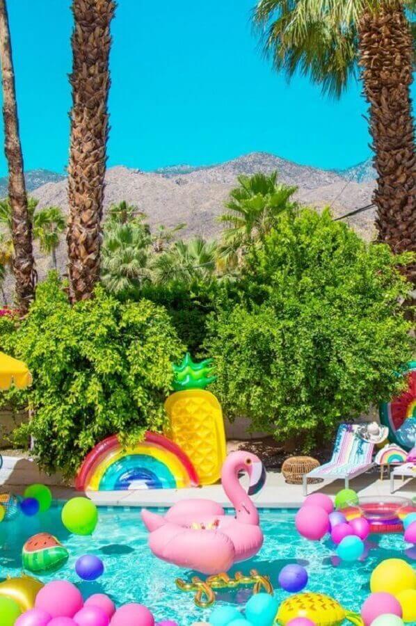 decoração de festa na piscina com bóias e balões coloridos Foto Archzine