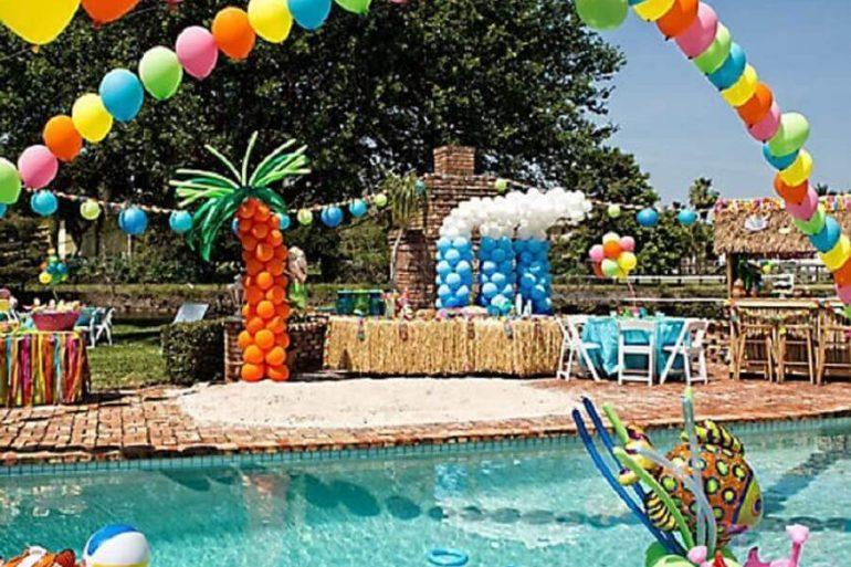 decoração de festa na piscina com balões coloridos Foto Etsy