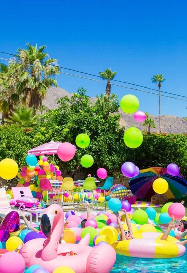 decoração de festa na piscina com muitos balões e boias coloridas Foto Pinterest