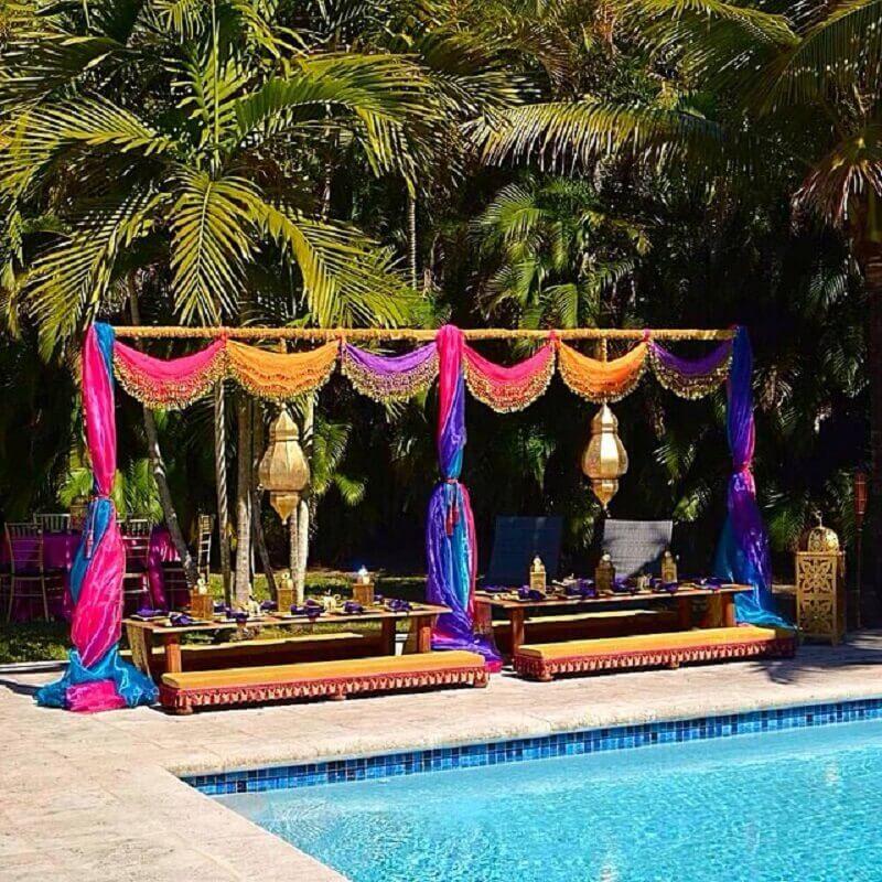 decoração de festa na piscina com tecidos coloridos Foto Christina Figueroa Manso