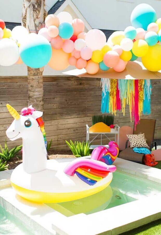 decoração de festa na piscina infantil Foto Sugar & Cloth