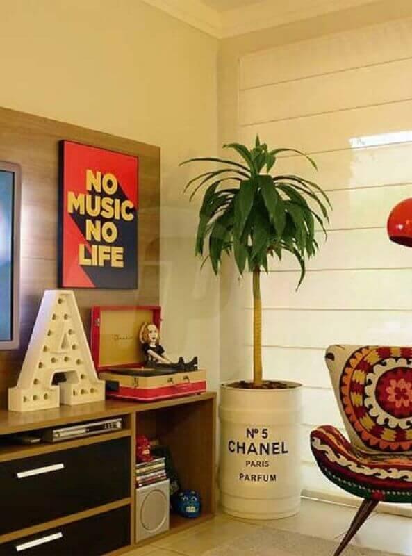 decoração de sala com vaso grande feito em tonel decorativo Foto Just Lia