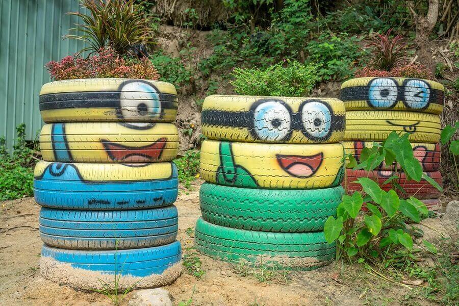 decoração divertida com pneus para jardim