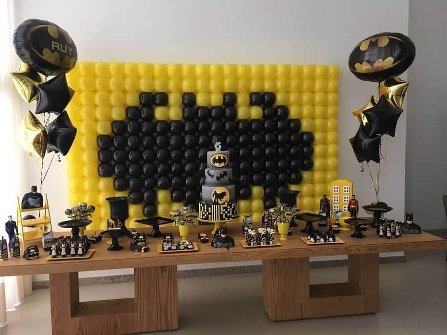 decoração do batman para festa infantil com painel de bexigas Foto Tok Final Festas