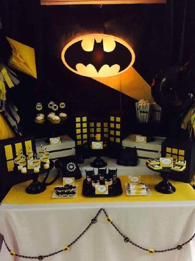 decoração do batman para festa infantil com painel iluminado Foto Tu Fiestón