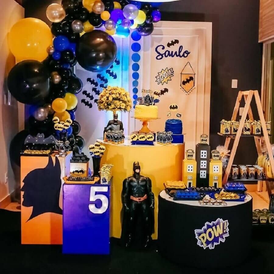 decoração em preto amarelo e azul para festa do batman com boneco grande Foto Cris e Roberta