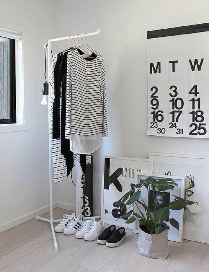 decoração em preto e branco com cabideiro arara Foto Visite Déco