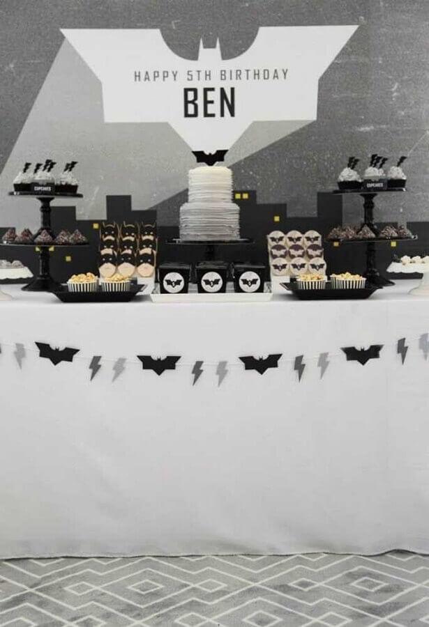 decoração em preto e branco para festa do batman Foto Kara's Party Ideas
