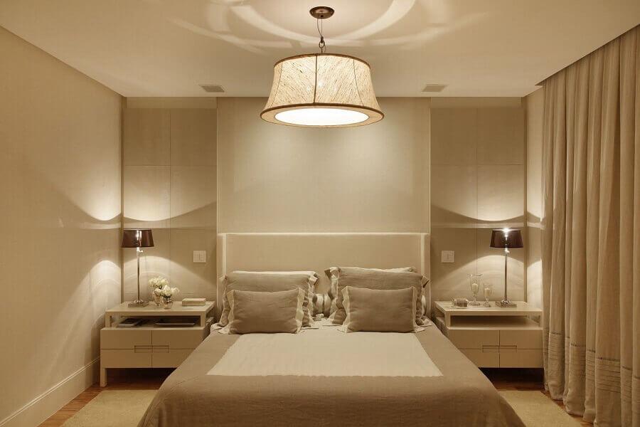 decoração em tons neutros com lustre de teto para quarto de casal Foto Shopping Minascasa
