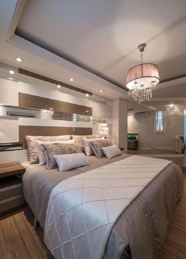 decoração em tons neutros com lustre para quarto de casal Foto Pinterest