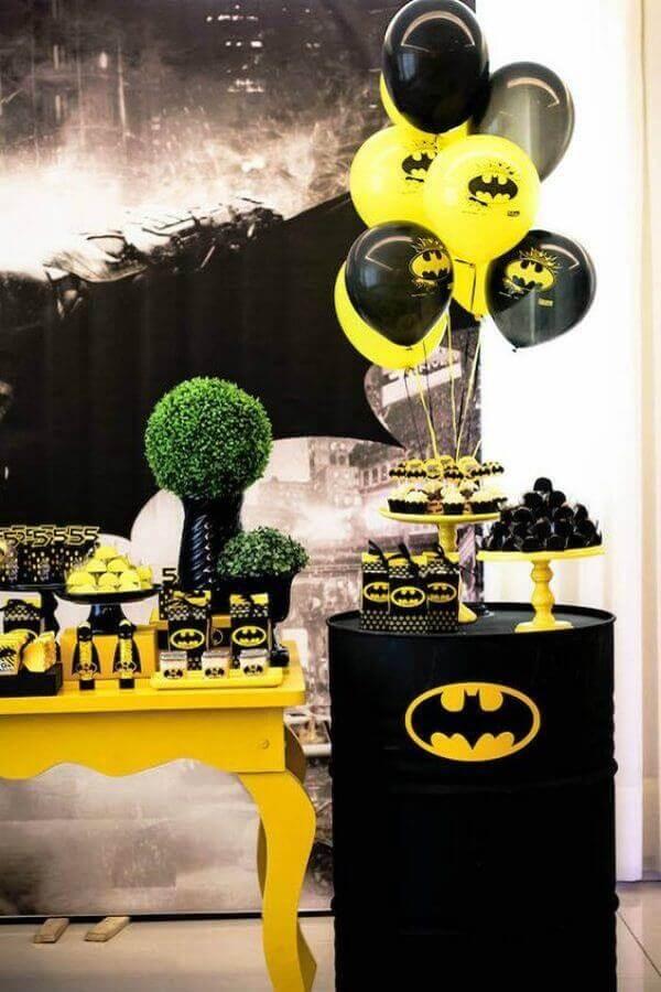 decoração festa infantil do batman com balões e tonel personalizado Foto Pinterest