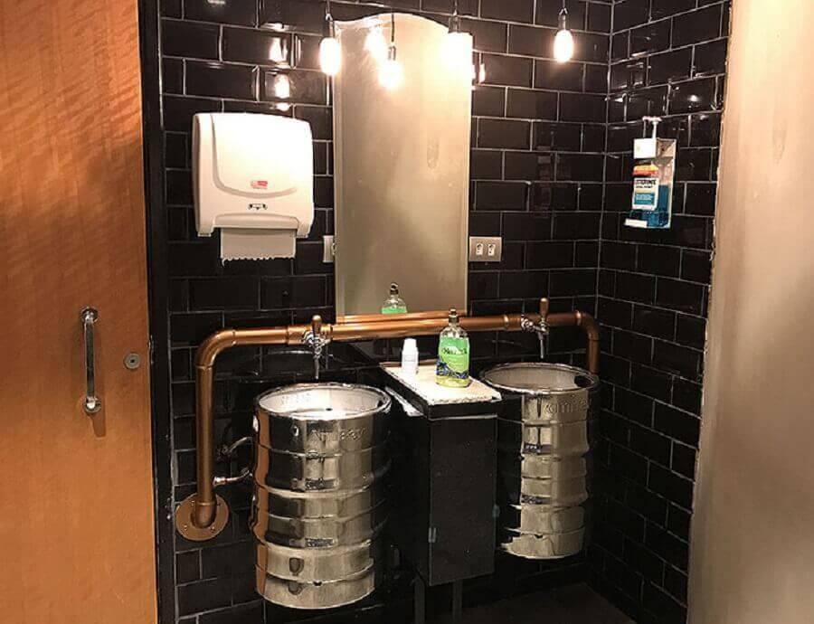 decoração industrial para banheiro com tonel decorativo Foto Pinosy