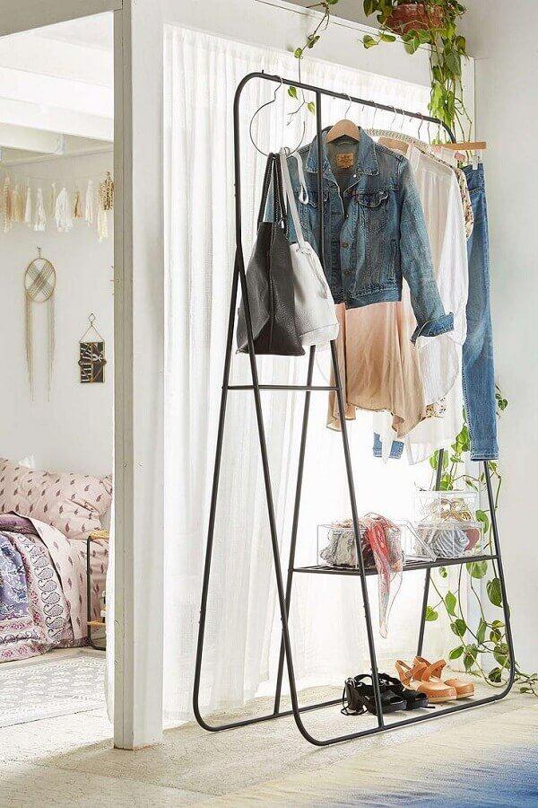 decoração minimalista com cabideiro arara