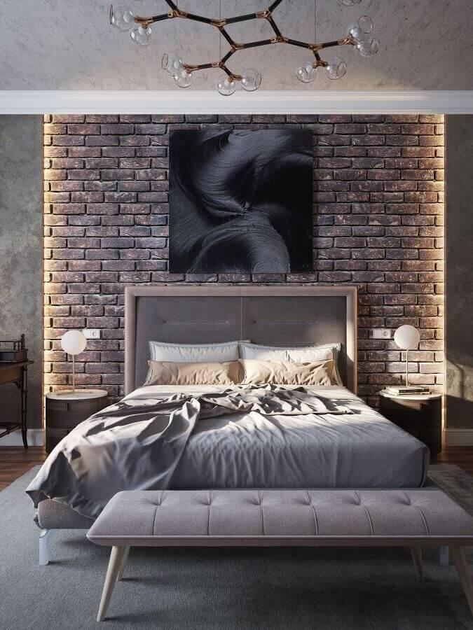 decoração moderna com lustre para quarto de casal com parede de tijolinho Foto Bella Rustica